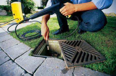 Plombier inspecte une canalisation avec un furet