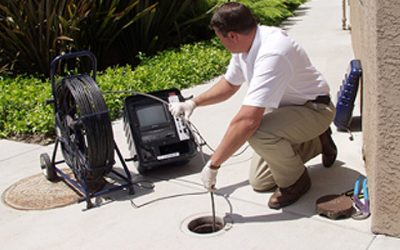 Déboucheur inspecte une canalisation avec une caméra d'inspection