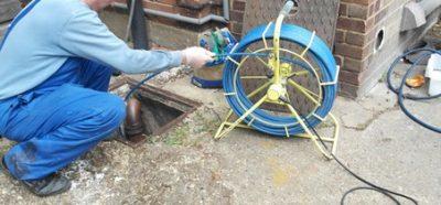 Une caméra vidéo est utilisée par un déboucheur pour inspecter une canalisation