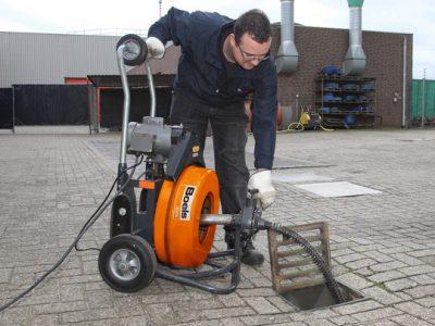 Avec une caméra vidéo le déboucheur plombier inspection une conduite eau