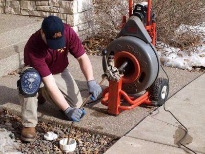 une caméra d'inspection est utilisée par un déboucheur de canalisation bouchée