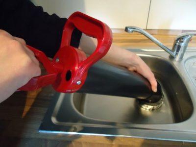 Le déboucheur utilise une pompe à vide pour déboucher un évier