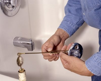 Déboucheur répare un robinet cassé