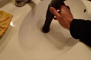 Débouchage sanitaires avec un aspirateur à liquides