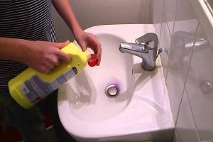Débouchage sanitaires avec un déboucheur chimique