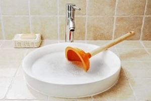 Débouchage sanitaires avec de l'eau bouillante