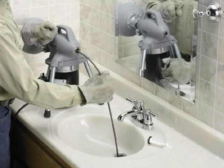 déboucheur qui débouche un évier lavabo